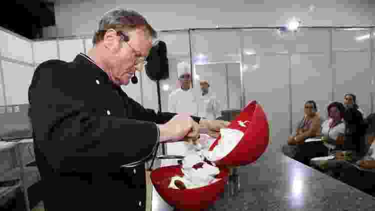 Patrice Chapon se concentra para preparar seu famoso mousse - Divulgação