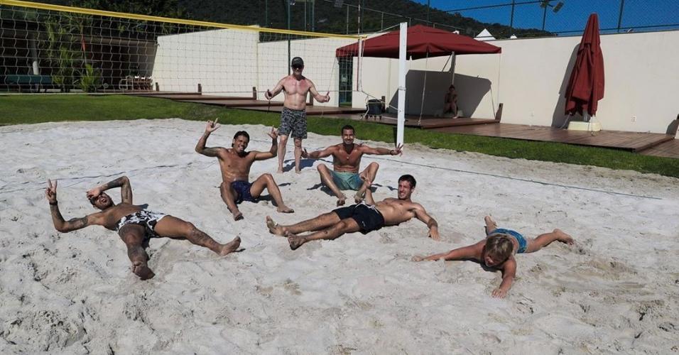 Neymar Jr. com colegas e o filho, Davi Lucca, depois de treino