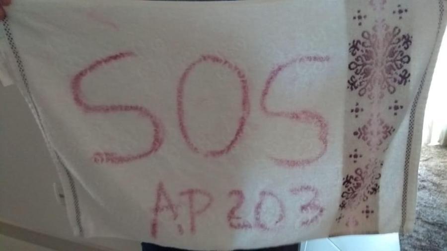 Pedido de socorro escrito com batom na toalha ajudou vítima de cárcere privado a conseguir escapar - Divulgação