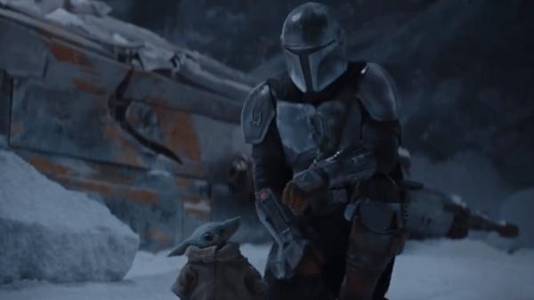 Baby Yoda ao lado do personagem título de 'The Mandalorian', no trailer da segunda temporada