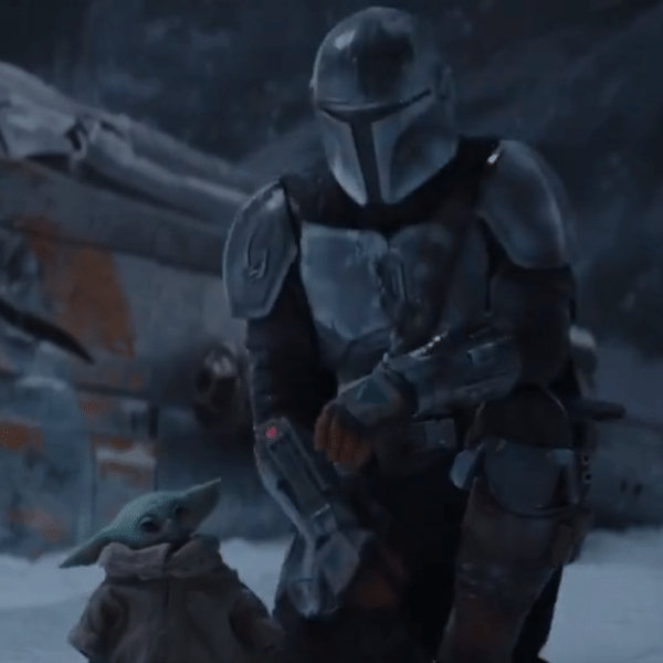 Baby Yoda ao lado do personagem título de 'The Mandalorian', no trailer da segunda temporada