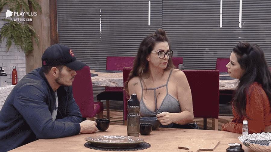 A Fazenda 2020: JP Gadêlha, Luiza Ambiel e Raissa Barbosa conversam na cozinha - Reprodução/RecordTV