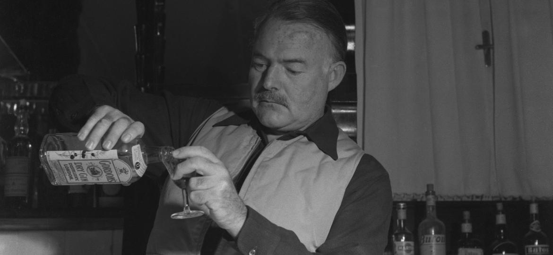 Ernest Hemingway levava o álcool à sério, fosse em sua vida cheia de aventuras ou em suas obras - Archivio Cameraphoto Epoche/Getty Images
