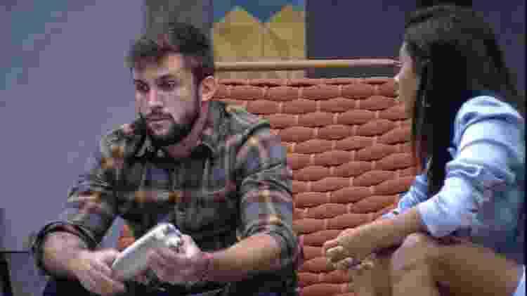 BBB 21: Arthur e Pocah na área externa - Reprodução/Globoplay - Reprodução/Globoplay