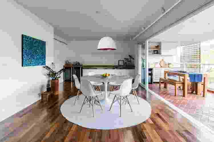 Em salas de jantar, o tapete deve dispor de espaço suficiente para que os moradores possam puxar as cadeiras sem a probabilidade de enroscar nas pontas - Guilherme Pucci - Guilherme Pucci