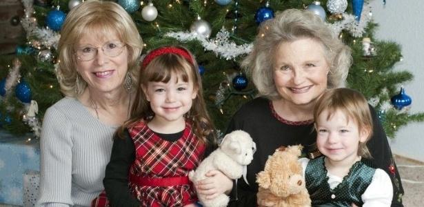 Angela (à esquerda) e Jonni Pettit com as netas durante um Natal em família - Reprodução/Facebook