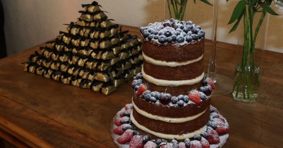 6.jun.2015- Na mesa dos bem-casados mais um bolo decorado com frutas, de três andares