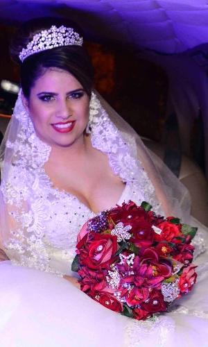 6.jun.2015- Thaís Baptista chega sorridente para seu casamento com Neném em São Paulo