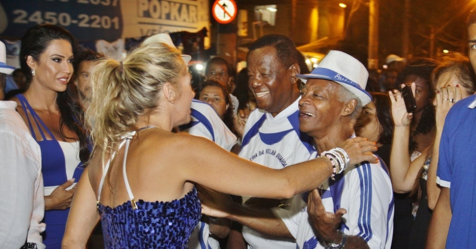 3.jan.2016 - Adriane Galisteu cumprimenta integrantes da Portela em ensaio na rua, no Rio de Janeiro