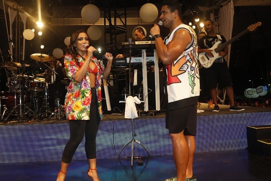5.jan.2015 - Assim como Claudia Leitte, Anitta também cantou ao lado de  Xanddy no ensaio para o carnaval do grupo Harmonia do Samba