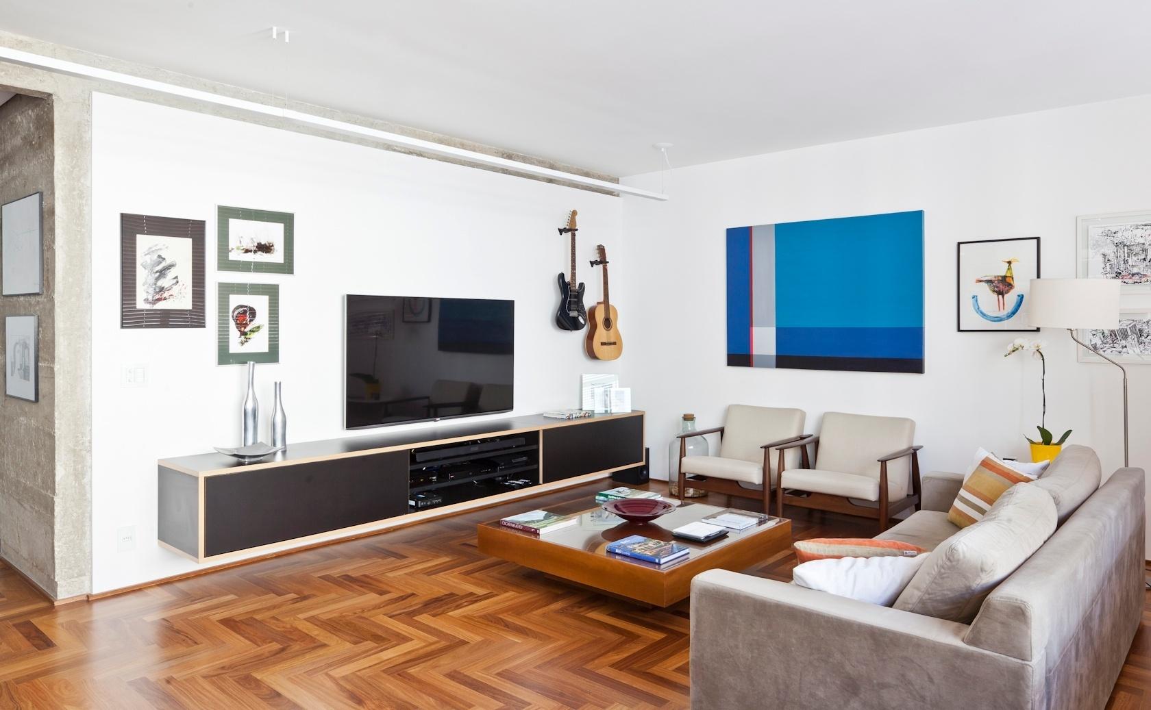 Uma parte do mobiliário do apartamento de 160 m2 no bairro do Paraíso, em São Paulo, nasceu no próprio escritório, como o rack da TV. O arquiteto Renato Dalla Marta, do AUM Arquitetos, trocou o piso por assoalho de cumaru, instalou luminárias pendentes na sala de estar e revelou a estrutura de concreto