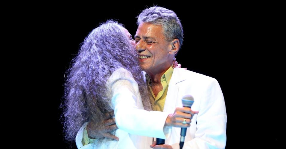 26.jan.2015 - Maria Bethânia e Chico Buarque se abraçam cantam no tradicional show de Verão da Mangueira, na noite desta terça-feira