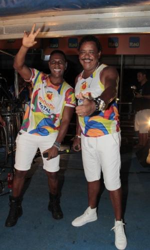 4.fev.2015 - Beto Jamaica e Compadre Washington durante apresentação do É o Tchan no Carnaval de Salvador