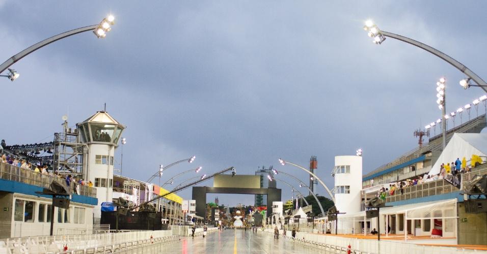 6.jan.2016 - Com temperatura de 23 graus e céu nublado, a previsão diz que não haverá chuva no horário dos desfiles
