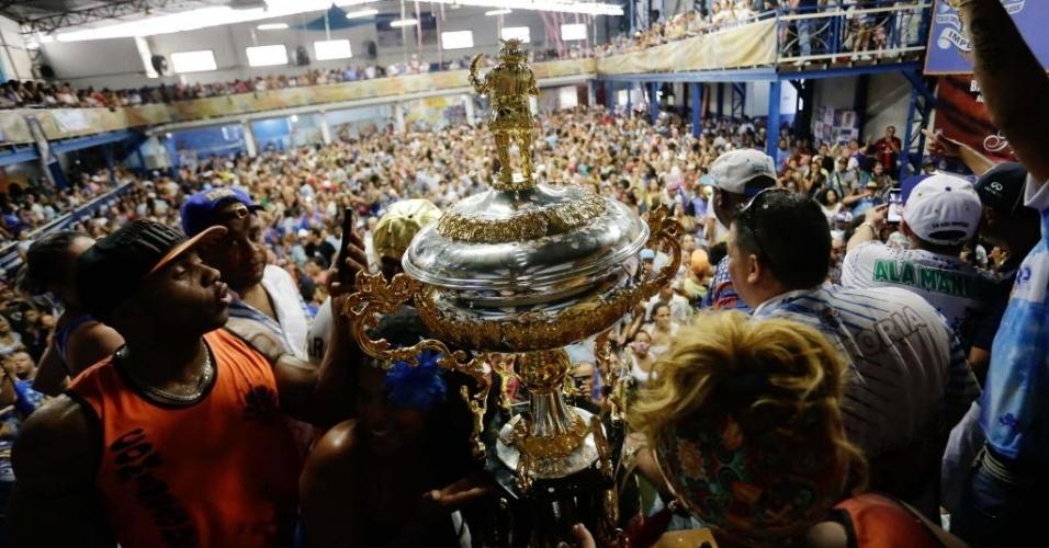 09.fev.2016 - Troféu de campeã do Carnaval enfeita a festa na quadra da Império de Casa Verde, na zona norte de São Paulo
