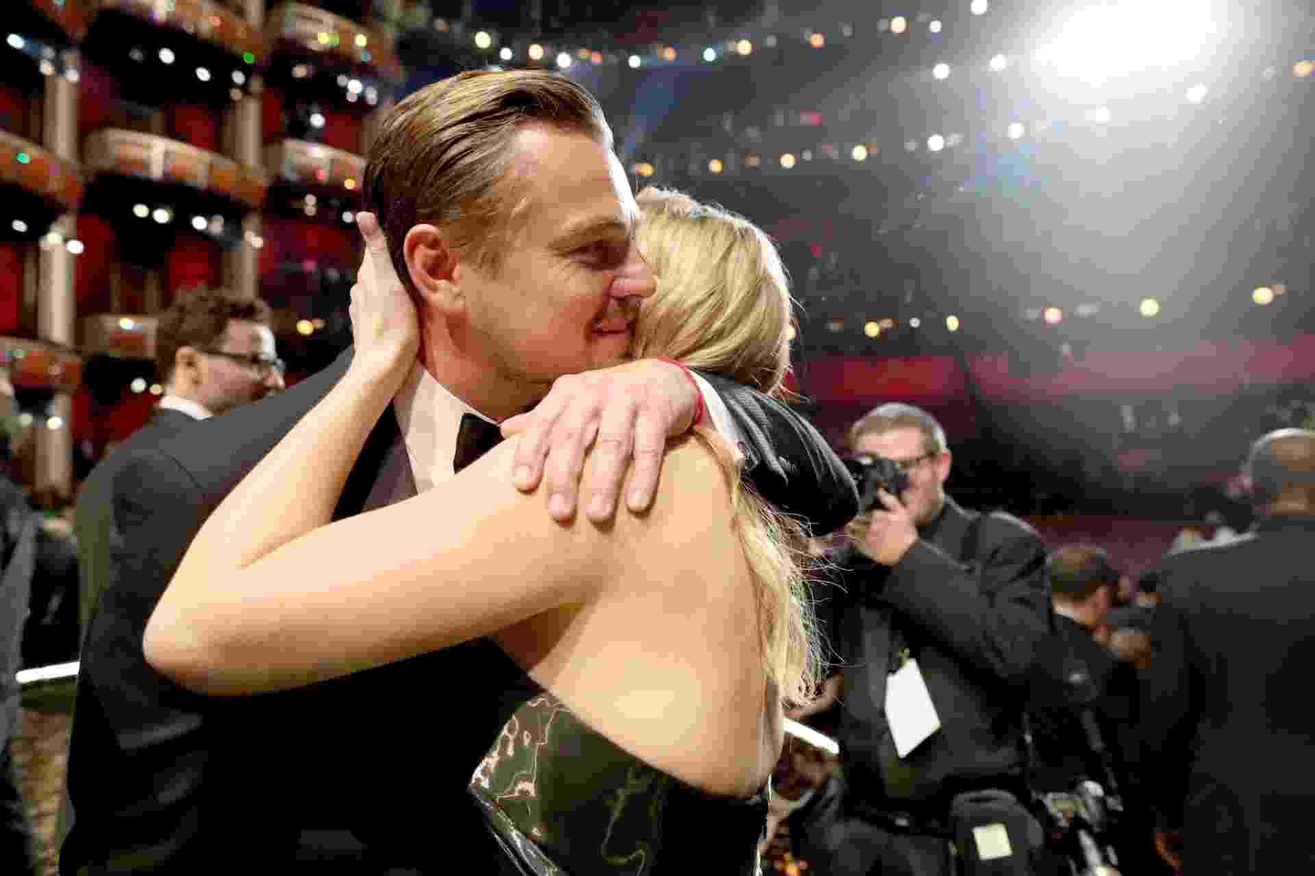"""28.fev.2016 - Kate Winslet abraça Leonardo DiCaprio após ator receber o Oscar por sua atuação em """"O Regresso"""" - Christopher Polk/Getty Images"""