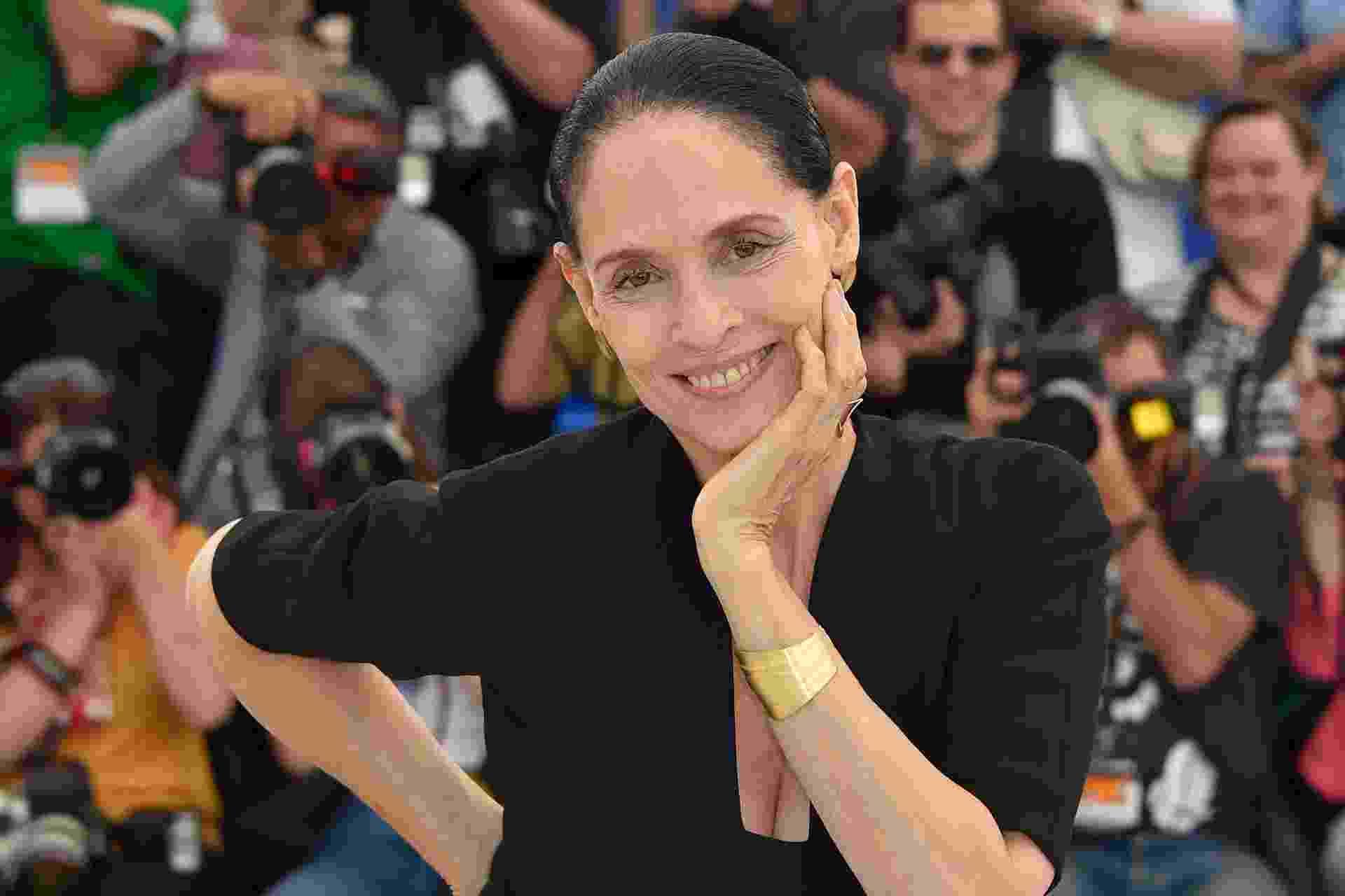 18.mai.2016 - A atriz Sonia Braga volta ao tapete vermelho de Cannes e posa para fotos antes do encontro com jornalistas - AFP PHOTO / LOIC VENANCE