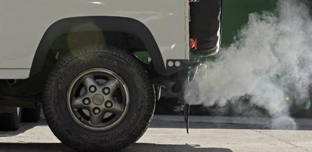 Fumaça de escapamento de Land Rover Defender