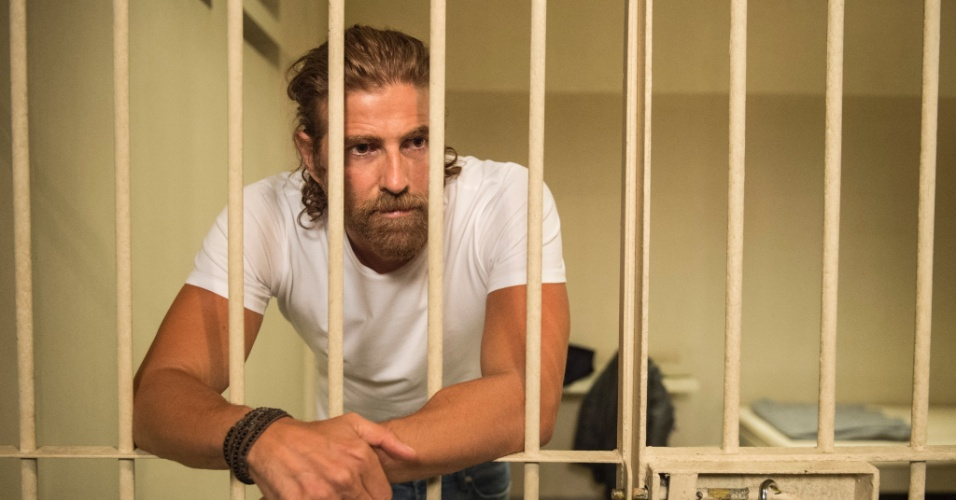Pedro (Reynaldo Gianecchini) acaba atrás das grades depois da armação de Ciro (Thiago Lacerda) para incriminá-lo do atentado contra Fausto (Tarcísio Meira)