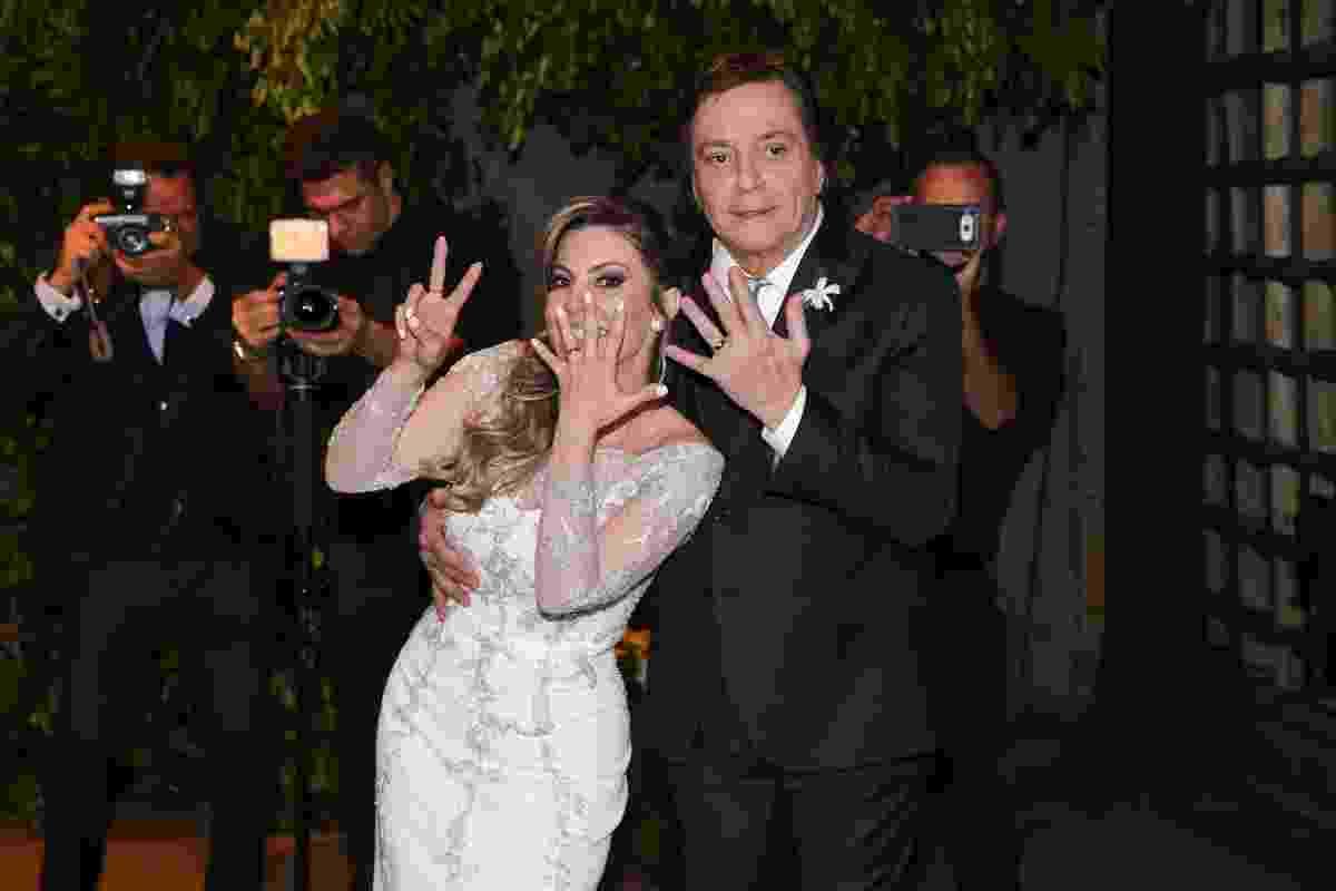 21.nov.2016 - Fernanda Pascucci faz o sete com as mãos após se casar com Fábio Jr. em São Paulo - Manuela Scarpa/Brazil News