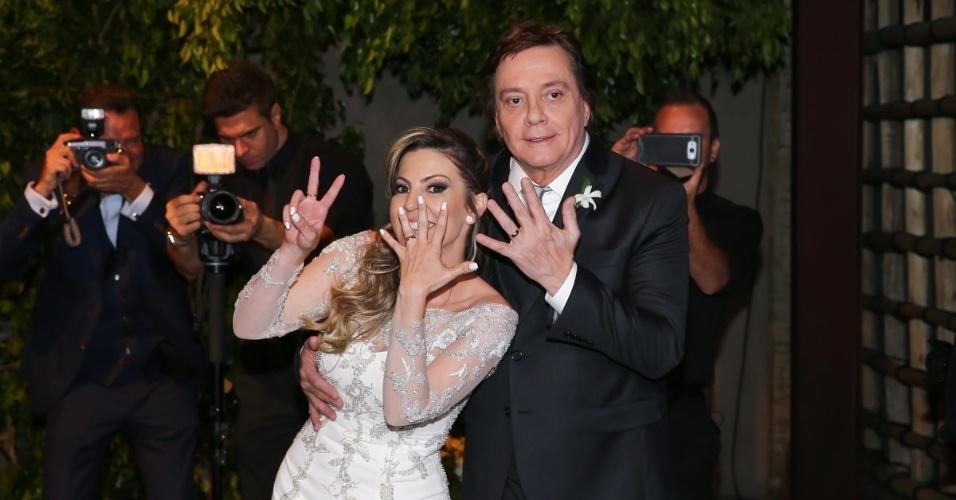 21.nov.2016 - Fernanda Pascucci faz o sete com as mãos após se casar com Fábio Jr. em São Paulo