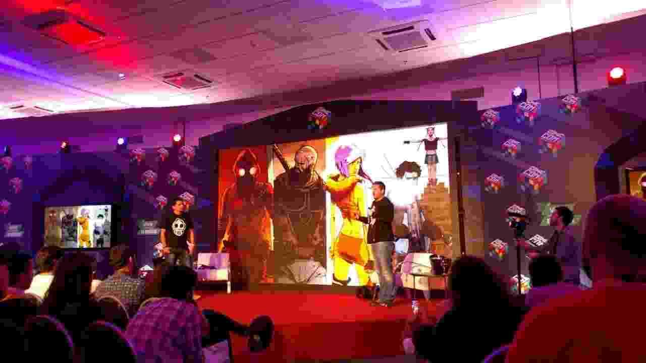 """3.dez.2016 - O quadrinista carioca Luciano Cunha (esq.) e o produtor Gabriel Wainer apresentam na CCXP os projetos de adaptação da HQ """"O Doutrinador"""", um super-herói 100% nacional - Renata Nogueira/UOL"""