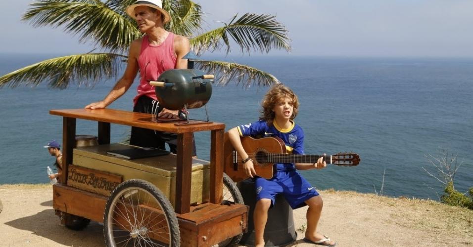 Mario Gomes e o filho João, que dá uma palhinha ao violão