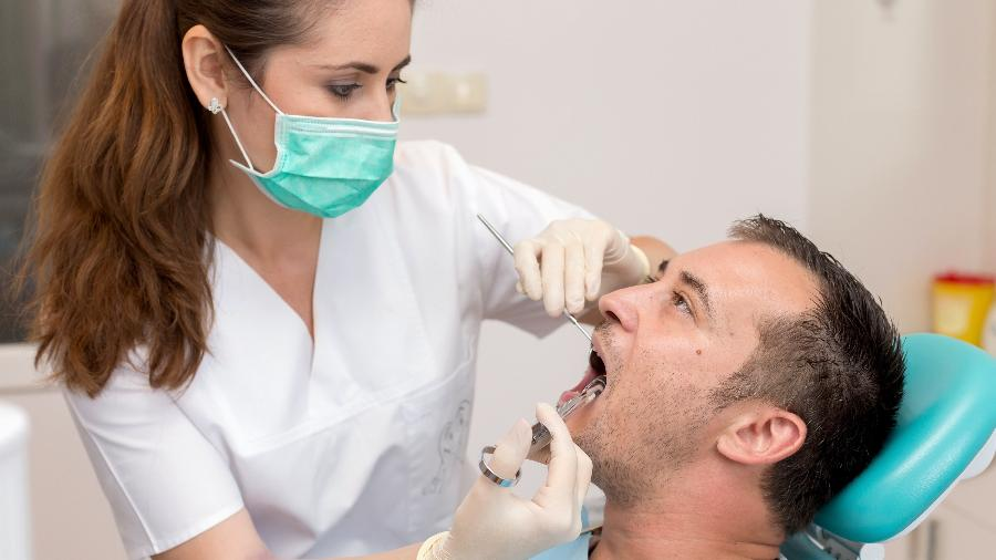 A fita é efetiva em microcirurgias, extração de dentes de leite em crianças e raspagem e curetagem dental em adultos - Getty Images