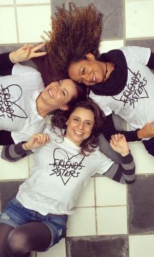 Fernanda Souza, Aretha Oliveira e Francis Helena no colégio onde foi gravada Chiquititas