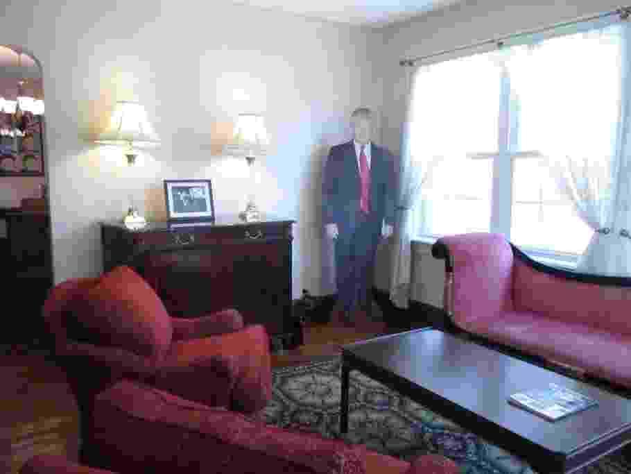 """O diferencial mais atrevido, digamos assim, é que a casa já vem com uma grande fotografia de Trump em papelão, que é deixada na sala e pode """"acompanhar"""" todos os seus passos ali. - Reprodução/AirBnB"""