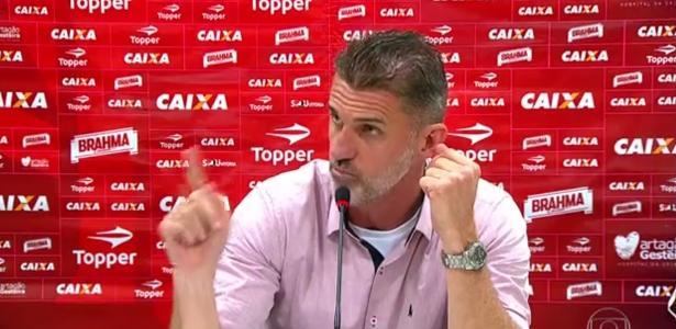 O técnico Vagner Mancini, do Vitória, durante entrevista de imprensa