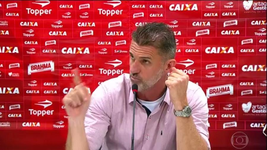 O técnico Vagner Mancini, do Vitória, durante entrevista de imprensa - Reprodução / TV Globo