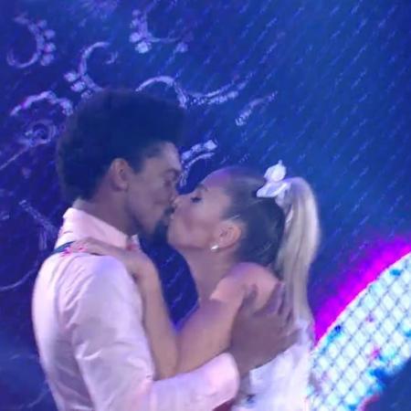 """Adriana Galisteu beija o dançarino Marcus Lobo durante a apresentação na """"Dança dos Famosos"""" do """"Domingão do Faustão"""" - Reprodução/Globo"""