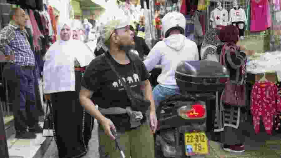 Giles passeia sozinho por mercado de Jerusalém - BBC