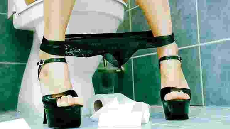 mulher fazendo xixi, banheiro - iStock - iStock