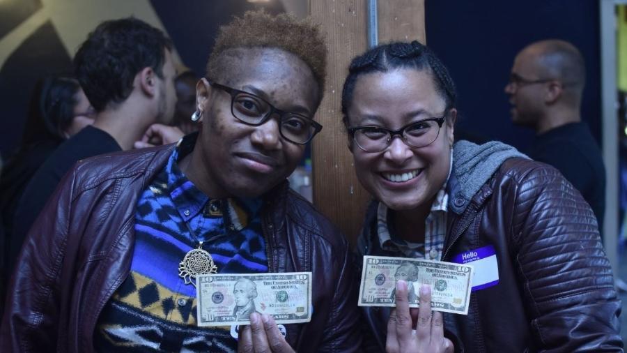 Pessoas negras receberam 10 dólares no happy hour da reparação - Reprodução/ Twitter