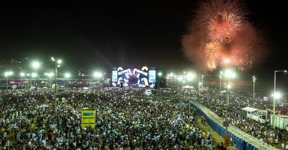 Público acompanhou a queima de fogos que durou 15 minutos após anúncio da chegada de 2019