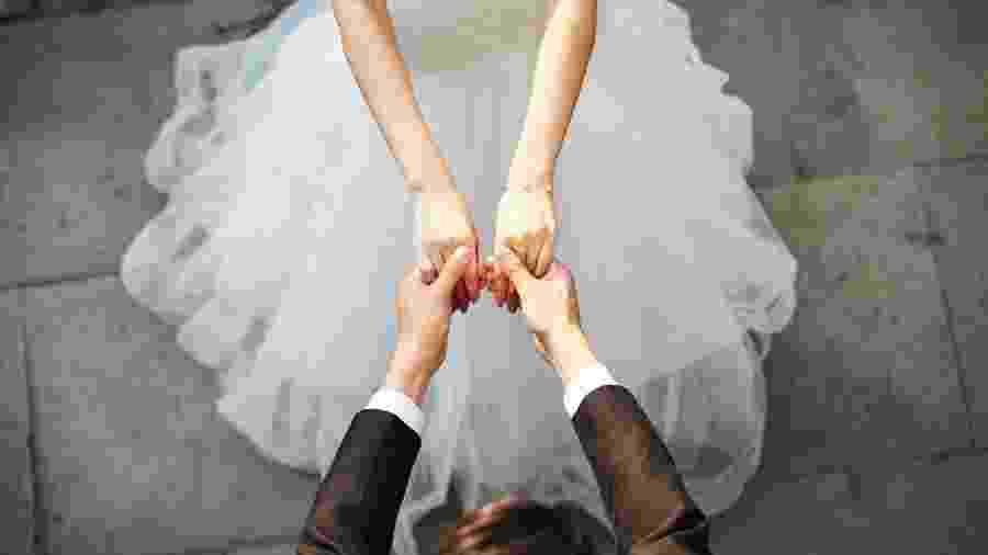 Casal participará da primeira cerimônia de casamento civil feita por meio de videoconferência - Getty Images
