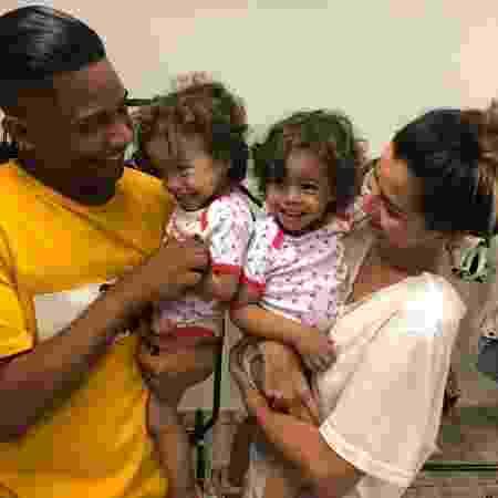 Christian Malheiros e Júlia Yamaguchi com as crianças que fizeram a bebê Bruninha, filha deles em Sintonia - Reprodução/Instagram