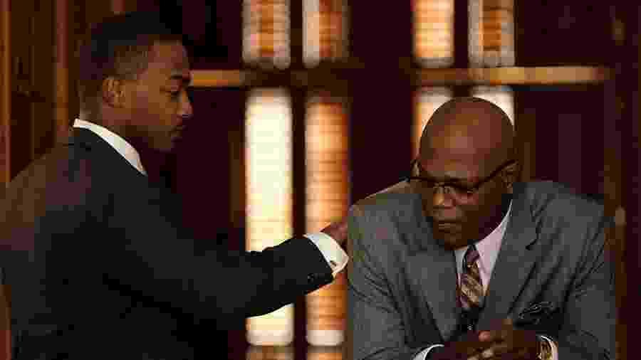 Anthony Mackie e Samuel L. Jackson em cena de The Banker, da Apple - Divulgação/IMDb