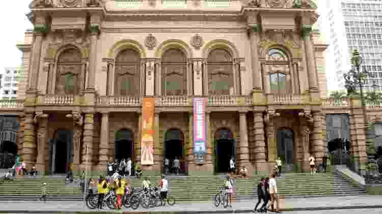 Bike Tour SP em frente ao Teatro Municipal, uma das 21 paradas do roteiro Centro Novo  - Eduardo Vessoni/UOL - Eduardo Vessoni/UOL