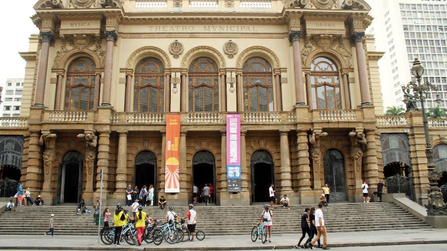 Bike Tour SP em frente ao Teatro Municipal, uma das 21 paradas do roteiro Centro Novo  - Eduardo Vessoni/UOL