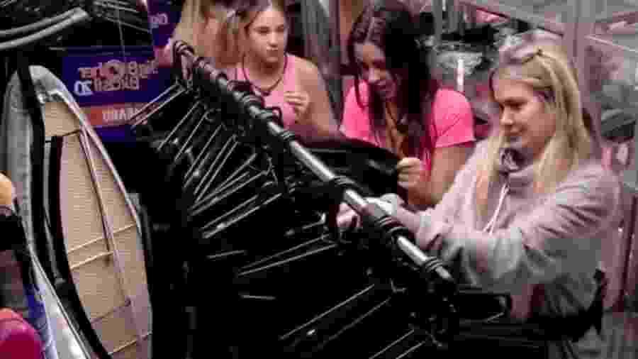 Sisters pegam figurino para prova do líder na despensa - Reprodução/GloboPlay