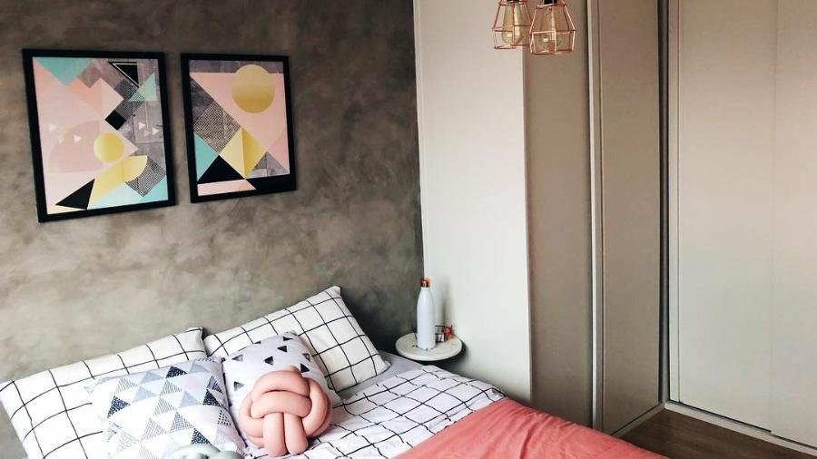 No apê alugado, Verônica investiu em uma parede com personalidade e quadros que refletem sua essência - Reprodução Instagram