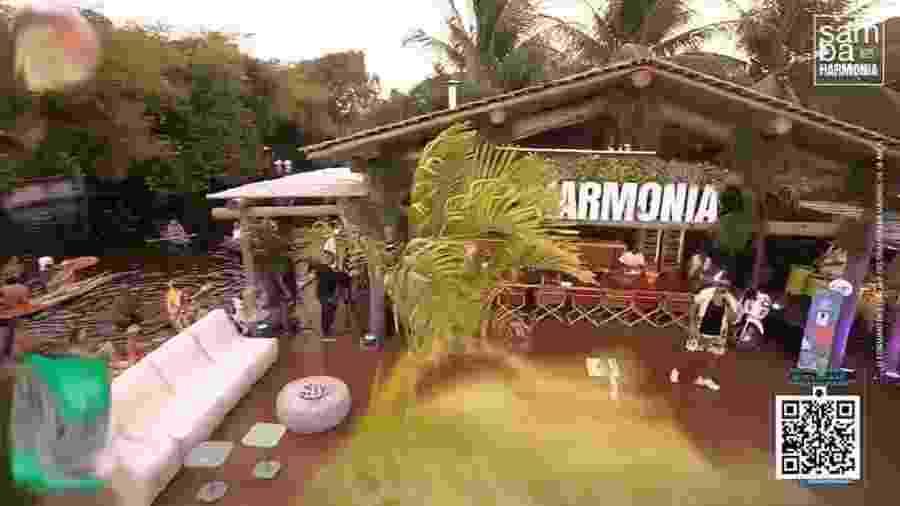 No canto esquerdo é possível ver pessoas se aglomerando na lagoa ao lado de onde ocorria a live do Harmonia do Samba - Reprodução/YouTube/Harmonia Samba