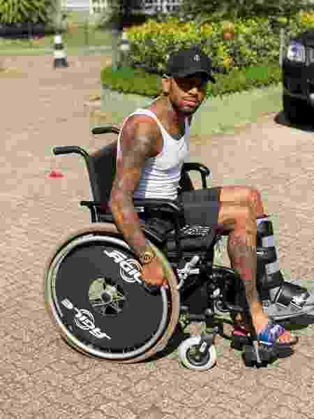 Nego do Borel usa cadeira de rodas na recuperação do acidente de moto - Reprodução/Instagram