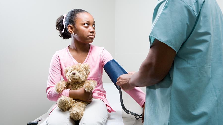 Criança medindo pressão - iStock