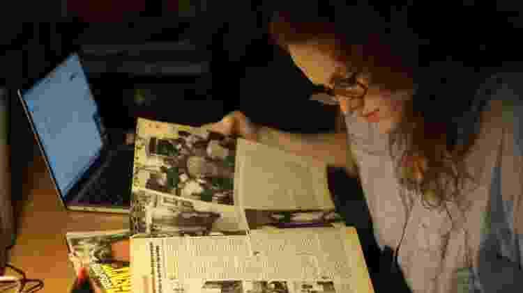 Flora Thompson-Devaux consulta revistas antigas durante pesquisas para a produção de Praia dos Ossos - Cortesia/Paula Scarpin - Cortesia/Paula Scarpin