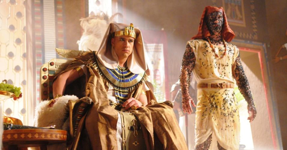 Egípcio é dominado por moscas, a quarta praga que atinge o reino após o faraó se recusar a libertar o povo hebreu. . As divindades egípcias até serão invocadas pelos sacerdotes e magos, mas não vão conseguir deter o poder supremo do Deus dos hebreus
