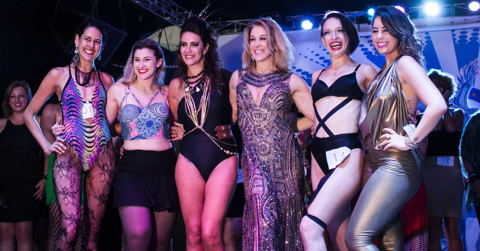 25.jan.2016 - A escola de Samba Nenê da Vila Matilde realizou um concurso de sósias da atriz Claudia Raia. Na foto, ela com as cinco vencedoras